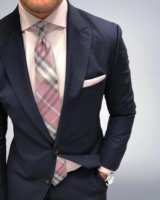 Tenue: Costume bleu marine, Chemise de ville rose, Cravate à carreaux rose, Pochette de costume rose