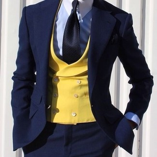 Costume bleu cravate jaune