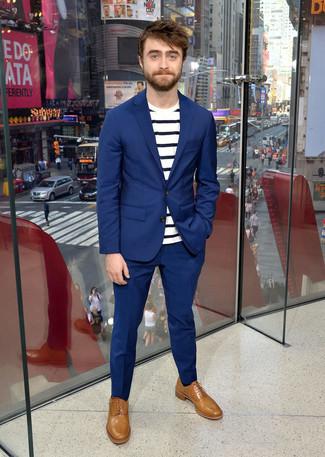 Costume bleu t shirt a col rond a rayures horizontales blanc et bleu marine chaussures richelieu en cuir marron clair large 21961
