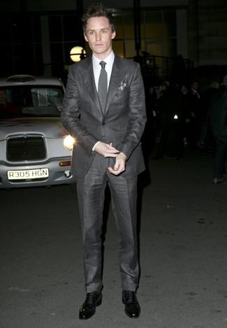 Tenue de Eddie Redmayne: Costume gris foncé, Chemise de ville blanche, Chaussures richelieu en cuir noires, Cravate en tricot grise