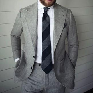 Tenue: Costume gris, Chemise de ville blanche, Cravate à rayures verticales noire, Pochette de costume noire
