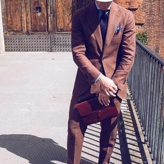Tenue: Costume marron, Chemise de ville à rayures verticales bleue, Cravate à rayures verticales bleu marine, Pochette de costume bleu clair