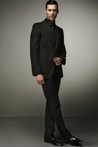 Tenue: Costume noir, Chemise de ville noire, Chaussures derby en cuir noires, Cravate noire
