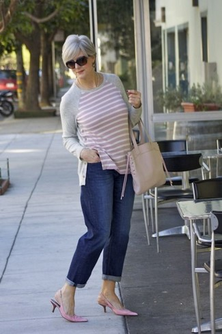 How to wear: grey horizontal striped crew-neck sweater, navy boyfriend jeans, pink leather pumps, beige leather tote bag