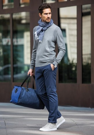 How to wear: grey crew-neck sweater, navy chinos, grey leather low top sneakers, navy canvas holdall