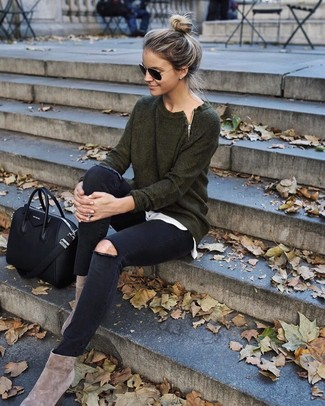 How to wear: dark green crew-neck sweater, white crew-neck t-shirt, black ripped skinny jeans, beige suede ankle boots