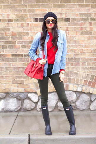 A red crew-neck sweater and dark green skinny jeans is a nice combination worth integrating into your wardrobe. A pair of navy blue rain boots brings the dressed-down touch to the ensemble.