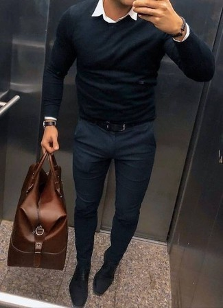 How to Wear a Brown Leather Holdall In Your 30s In Warm Weather For Men: Opt for a black crew-neck sweater and a brown leather holdall for an off-duty look that's easy to put together. For a more polished feel, complement this look with a pair of black leather oxford shoes.