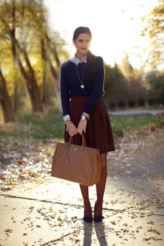 A navy crew-neck sweater and a dark red pleated mini skirt are great essentials to incorporate into your current wardrobe. And it's a wonder what a pair of navy suede pumps can do for the look. Keep the autumn blues at bay in a killer getup like this one.