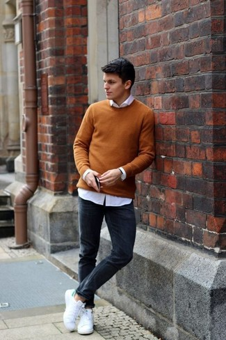 How to wear: mustard crew-neck sweater, white dress shirt, black skinny jeans, white canvas low top sneakers