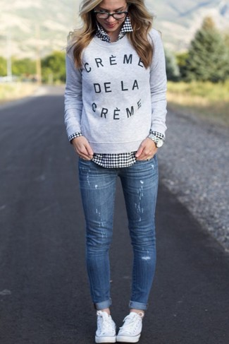 This combo of a grey print crew-neck pullover and blue destroyed skinny jeans is a safe bet for an effortlessly cool look. For footwear go down the casual route with white low top sneakers.