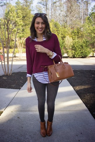 This combo of a oxblood crew-neck pullover and dark grey skinny jeans is a safe bet for an effortlessly cool look. Why not introduce brown leather booties to the mix for an added touch of style?