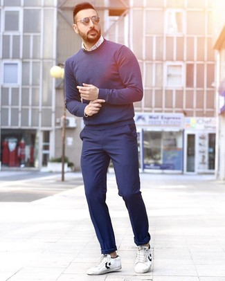 How to wear: navy crew-neck sweater, white and blue print long sleeve shirt, navy chinos, white and black leather low top sneakers