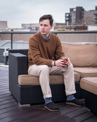 Blue Socks Outfits For Men: Go for a brown crew-neck sweater and blue socks for a killer and stylish look. Get a little creative with shoes and complement this ensemble with black canvas loafers.