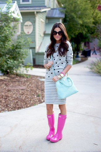 A grey polka dot crew-neck jumper and a light blue leather satchel bag is a wonderful combination to add to your casual lineup. For a more relaxed take, choose a pair of hot pink rain boots. Rest assured, this getup is the answer to all of your springtime style struggles.