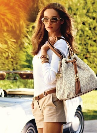A white crew-neck sweater with tan shorts has become an essential combination for many style-conscious girls.