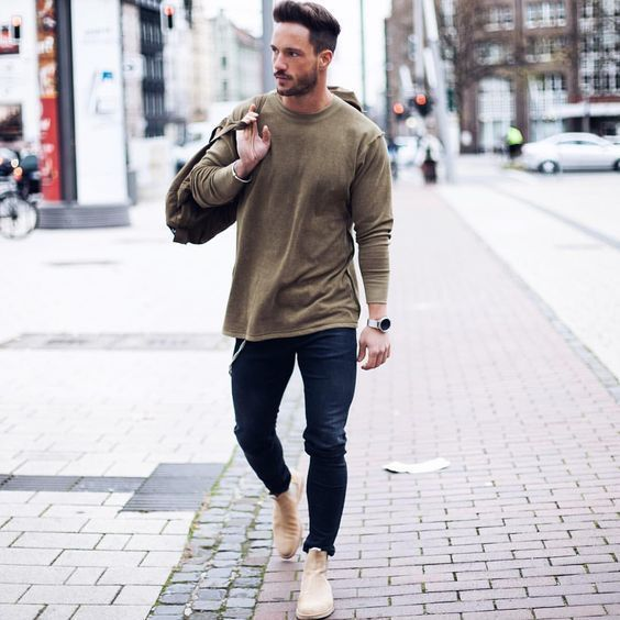 This combination of an olive jumper and navy blue skinny jeans exudes  comfort and functionality and
