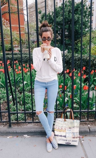 How to wear: white and black print crew-neck sweater, light blue ripped skinny jeans, grey espadrilles, beige print canvas tote bag