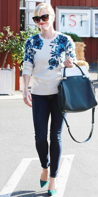 How to wear: white and blue floral crew-neck sweater, navy skinny jeans, teal suede pumps, navy leather tote bag