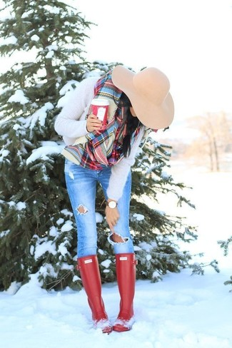 How to wear: beige fluffy crew-neck sweater, blue ripped skinny jeans, red rain boots, beige wool hat