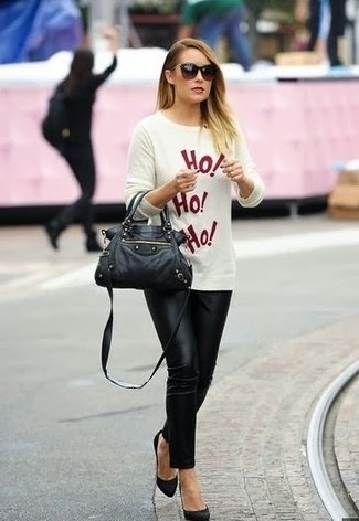 How to wear: white and red print crew-neck sweater, black skinny pants, black suede pumps, black leather satchel bag
