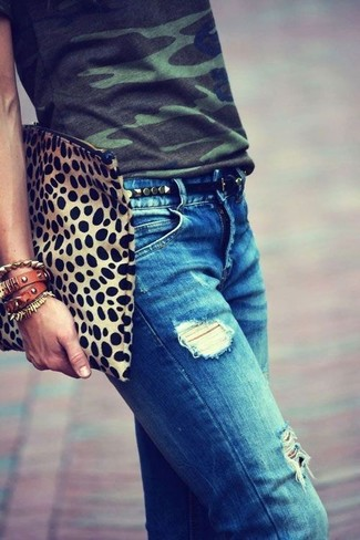 If you're a jeans-and-a-tee kind of gal, you'll like the simple pairing of a dark green camouflage crew-neck t-shirt and a Fossil women's Studded Leather Belt. You know when it's boiling hot outside, sometimes only a proper outfit like this one can get you through the day.