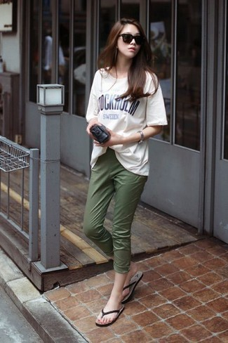 Effortlessly blurring the line between chic and casual, this combination of a white and black print crew-neck t-shirt and olive capri pants is likely to become one of your favorites. Grab a pair of thong sandals to loosen things up. This one is just perfect if you're crafting an outfit worth 'gramming.