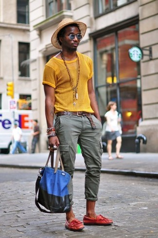 How to wear: yellow mesh crew-neck t-shirt, olive cargo pants, red leather tassel loafers, blue canvas tote bag