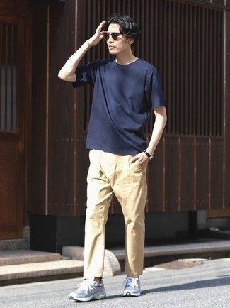 Dark Green Sunglasses Hot Weather Outfits For Men: Consider teaming a navy crew-neck t-shirt with dark green sunglasses for a killer and fashionable outfit. Bump up your whole ensemble by sporting grey athletic shoes.
