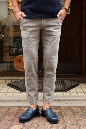 How to Wear Beige Linen Chinos: Channel your inner easy-going side and rock a navy crew-neck t-shirt with beige linen chinos. Avoid looking too casual by finishing off with navy leather loafers.