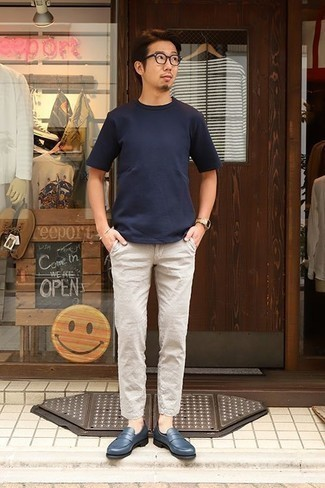 How to Wear Beige Linen Chinos: If you want take your off-duty fashion game to a new height, try pairing a navy crew-neck t-shirt with beige linen chinos. Finishing with navy leather loafers is a simple way to bring an added touch of sophistication to this ensemble.