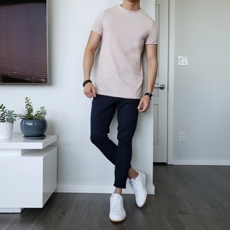 Men's Outfits 2021: A pink crew-neck t-shirt and navy chinos? This is an easy-to-style outfit that any gent could sport on a day-to-day basis. Finish off with white leather low top sneakers and the whole outfit will come together perfectly.