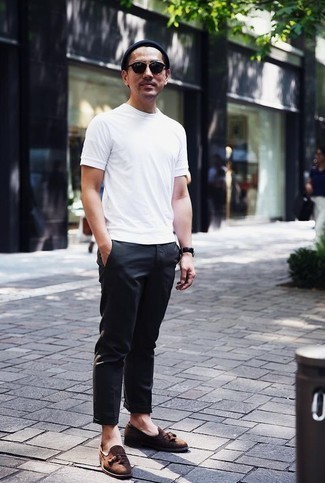 How to Wear a Navy Beanie For Men: A white crew-neck t-shirt and a navy beanie teamed together are a sartorial dream for guys who love relaxed styles. You can take a more elegant route in the footwear department by slipping into brown suede tassel loafers.