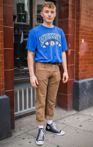 How To Wear High Top Sneakers With a Belt In Your Teens In Summer For Men: The combination of a blue print crew-neck t-shirt and a belt makes this a kick-ass casual outfit. High top sneakers are a simple way to transform your ensemble. When hot weather hits you want to feel comfy and stylish –– this look is just what you need.