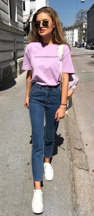 Consider wearing a pink crew-neck t-shirt and navy jeans for a glam and trendy getup. White canvas low top sneakers will become an ideal companion to your style. The comfort and simplicity of this combo takes care of the heat and helps you make a stylish statement wherever you go.