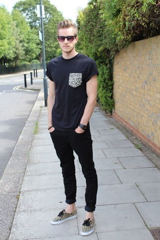 How to Wear Black Jeans In Your 20s In Hot Weather For Men: A black print crew-neck t-shirt and black jeans are indispensable essentials if you're picking out an off-duty wardrobe that holds to the highest fashion standards. Our favorite of a countless number of ways to finish this look is with tan leopard canvas low top sneakers.