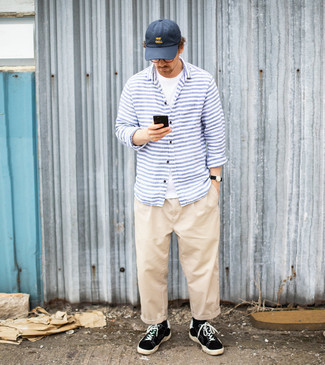 Navy Baseball Cap Outfits For Men: A white crew-neck t-shirt and a navy baseball cap are the ideal way to infuse some cool into your casual rotation. Why not introduce black and white canvas low top sneakers to the mix for an added touch of style?
