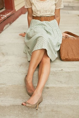 A tan crew-neck t-shirt and a pastel green polka dot midi skirt is a wonderful combination to carry you throughout the day. Let's make a bit more effort now and make gold leather pumps your footwear choice.