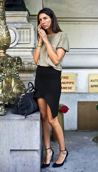 An Isabel Marant women's Crew Neck Short Sleeve T Shirt and a black mini skirt is a good combination to add to your casual repertoire. Grab a pair of black suede pumps to kick things up to the next level. So if you're on the hunt for an insta-worthy outfit on a warm afternoon, this just might be it.