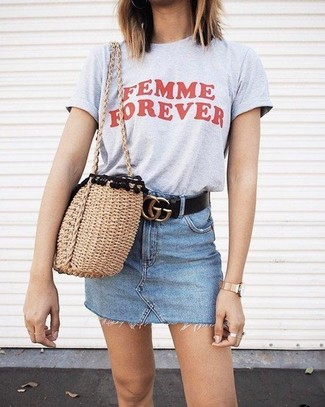 How to wear: grey print crew-neck t-shirt, light blue denim mini skirt, tan straw tote bag, black leather belt