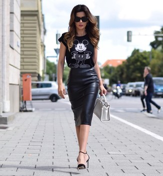 How to wear: black and white print crew-neck t-shirt, black leather pencil skirt, black leather pumps, white leather handbag