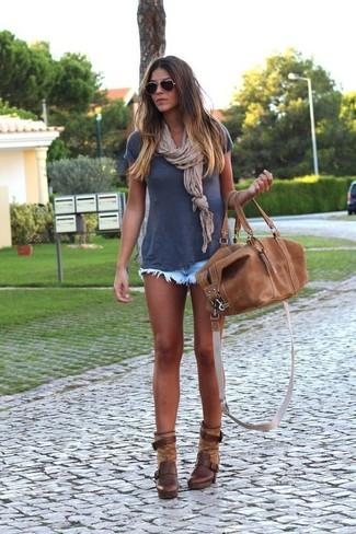 How to wear: navy crew-neck t-shirt, light blue denim shorts, dark brown leather ankle boots, brown leather duffle bag