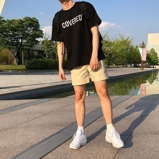 How to Wear a Black and White Print Crew-neck T-shirt In Hot Weather For Men: Go for casually dapper menswear style in a black and white print crew-neck t-shirt and beige shorts. Introduce a more laid-back touch to with a pair of white athletic shoes.