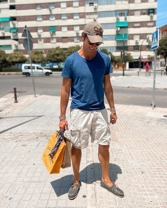 Boat Shoes with Shorts Outfits: To pull together a casual look with a twist, wear a blue crew-neck t-shirt and shorts. Inject this outfit with a dose of polish by rounding off with a pair of boat shoes.