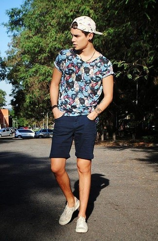 How to wear: blue print crew-neck t-shirt, navy shorts, beige low top sneakers, white print baseball cap