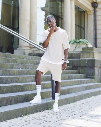 How to wear: beige crew-neck t-shirt, beige shorts, white low top sneakers, navy sunglasses