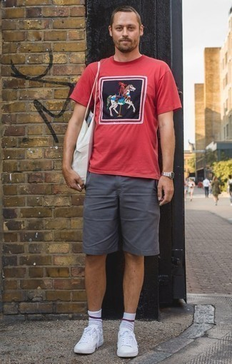 How to Wear a White Canvas Tote Bag For Men: This relaxed pairing of a red print crew-neck t-shirt and a white canvas tote bag can take on different nuances according to how it's styled. Feeling venturesome? Switch things up by finishing off with a pair of white leather low top sneakers.