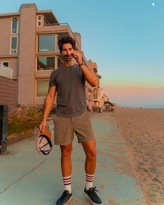 Men's Outfits 2020: A charcoal crew-neck t-shirt and tan shorts are the kind of a never-failing casual look that you so terribly need when you have no extra time. Black leather low top sneakers tie the look together.