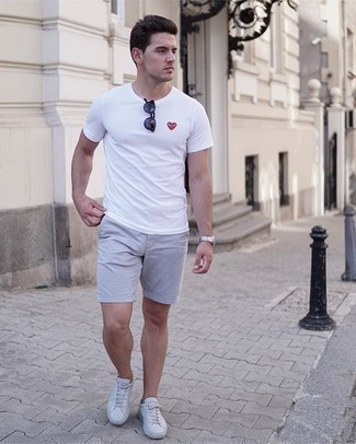 White Print Crew-neck T-shirt Outfits For Men: The mix-and-match capabilities of a white print crew-neck t-shirt and grey shorts ensure you'll always have them on regular rotation. White canvas low top sneakers are a nice option to complete this ensemble.