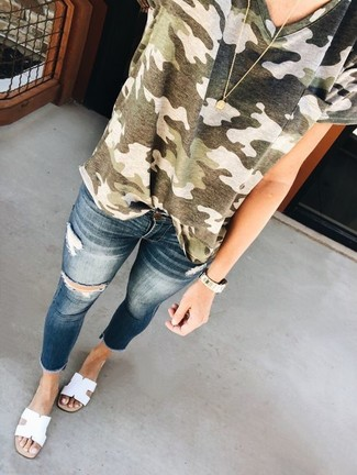 This combination of an olive camouflage crew-neck t-shirt and Dsquared2 Paint Splatter Londean Jeans gives off a very casual and approachable vibe. White leather flat sandals are a wonderful choice to round off the look. As hotter days set in, it's time for easy and breezy looks like this one.